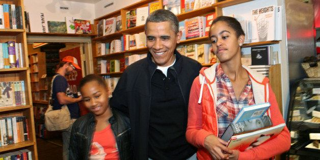 WASHINGTON, DC - NOVEMBER 26: U.S. President Barack Obama  and daughters Sasha (left) and Malia shop for books in the Kramerb