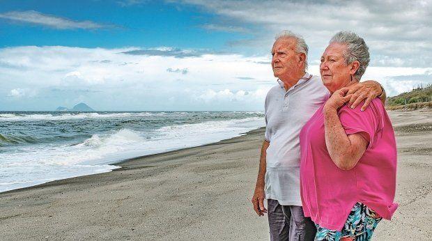 18개월 된 아기를 바다에선 건진 낙시꾼 거스 허트와 그의 아내 수 허트.