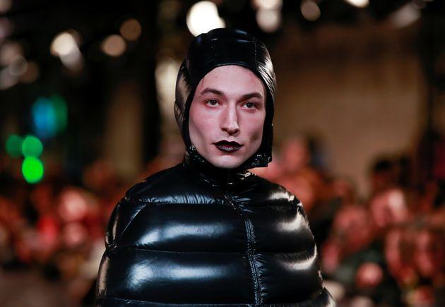 에즈라 밀러가 패딩드레스를 입고 레드카펫에