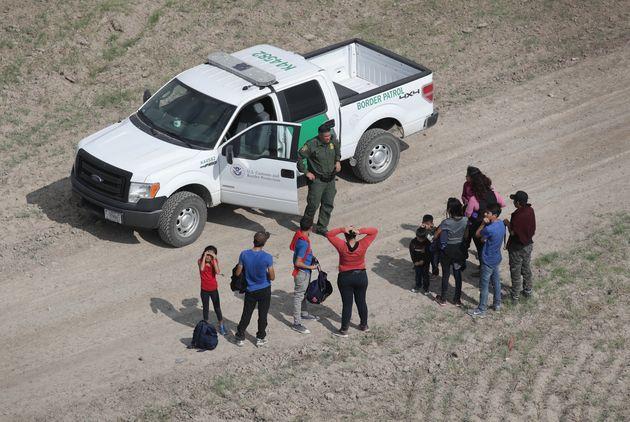 미국 국경 순찰대는 미국-멕시코 국경 인근에 대한 순찰을 강화하고 있다. 주로 중앙아메리카 출신인 가족들의 정치적 망명 신청 건수는 2018년 크게