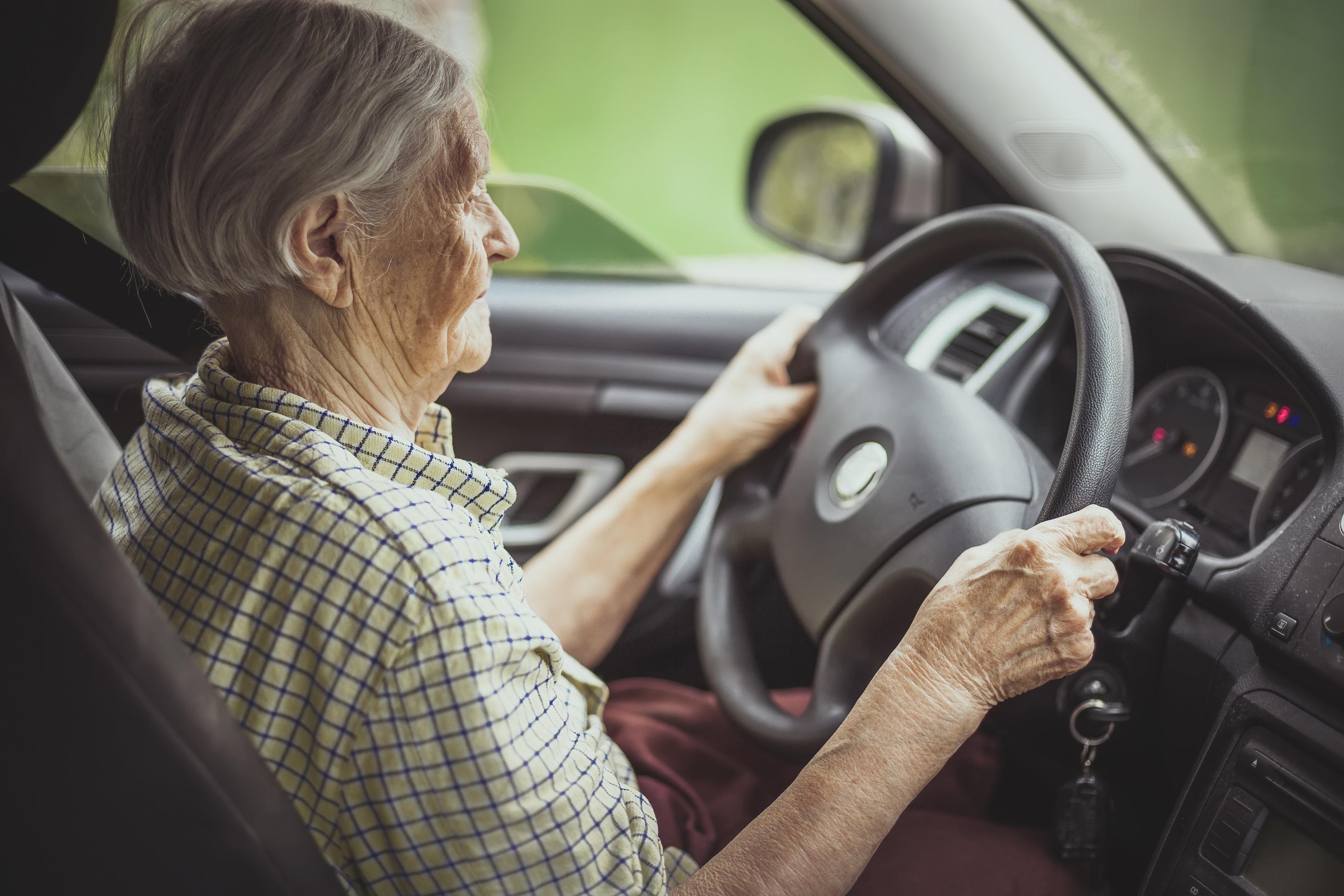 Rentnerin weigert sich, Parkgebühr zu zahlen und lässt ihre Muskeln