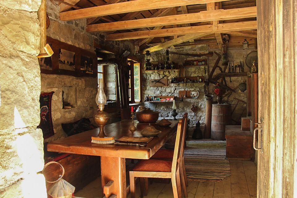Tο εσωτερικό του νερόμυλου στα Άγναντα, σήμερα με τη λαογραφική συλλογή του Κώστα Μαυροπάνου