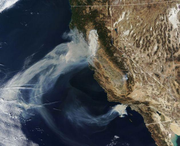 미 항공우주국이 우주에서 촬영한 캘리포니아 산불 사진을