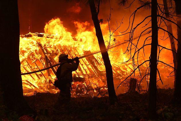 지난 9일 캘리포니아 마갈리아의 주택가에서 한 소방관이 진압 작업 중인