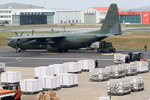 11일 오후 제주공항에서 군 수송기에 감귤 상자를 싣는