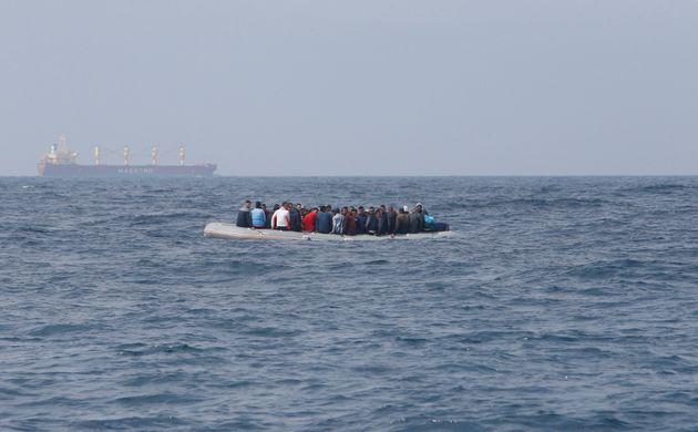 Des migrants clandestins aperçus dans le détroit de Gibraltar près de Tarifa (sud...