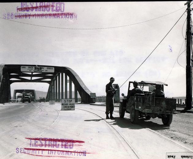 1951년 6월18일 자동차가 서울로 들어오기 전 통행증을 체크하는