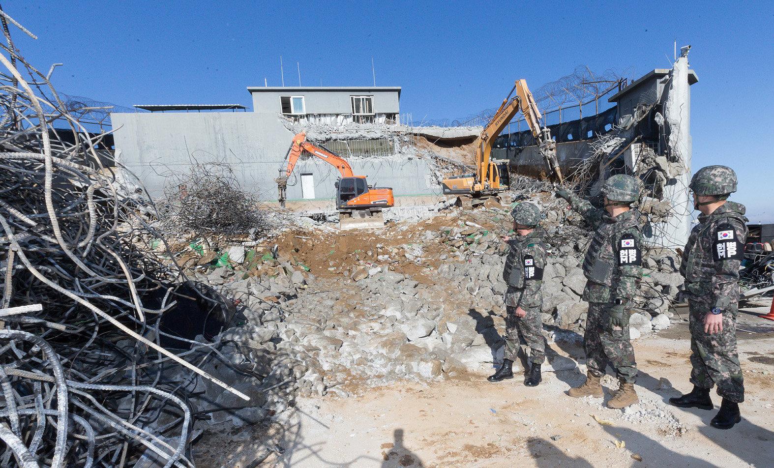 군 장병들이 지난 10일 비무장지대 내 감시초소 철수 작업을 진행하고