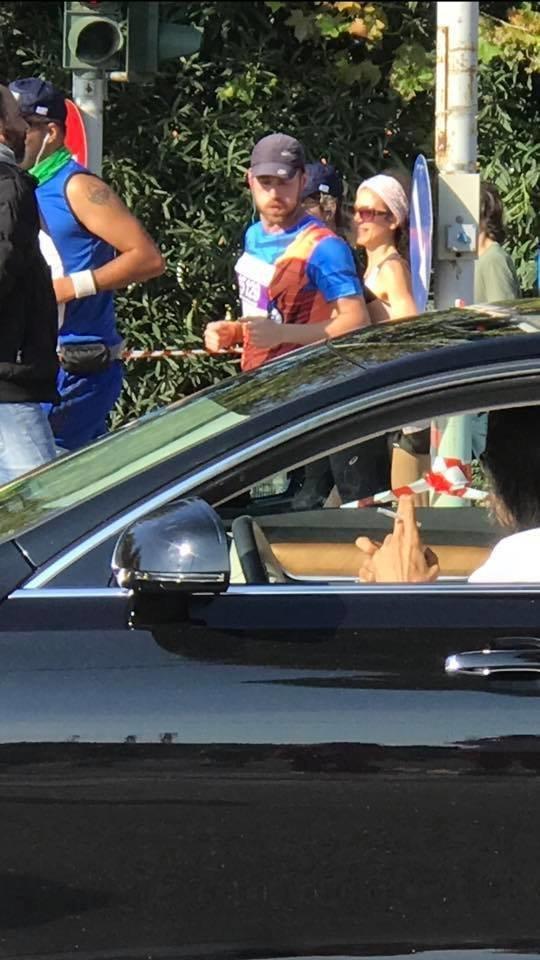 Οργή για τον Ψινάκη: Διέκοψε τους δρομείς του Μαραθώνιου για να περάσει με το αμάξι του