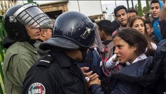 La photo de cette adolescente lors des manifestations contre le maintien du GMT+1 est devenue