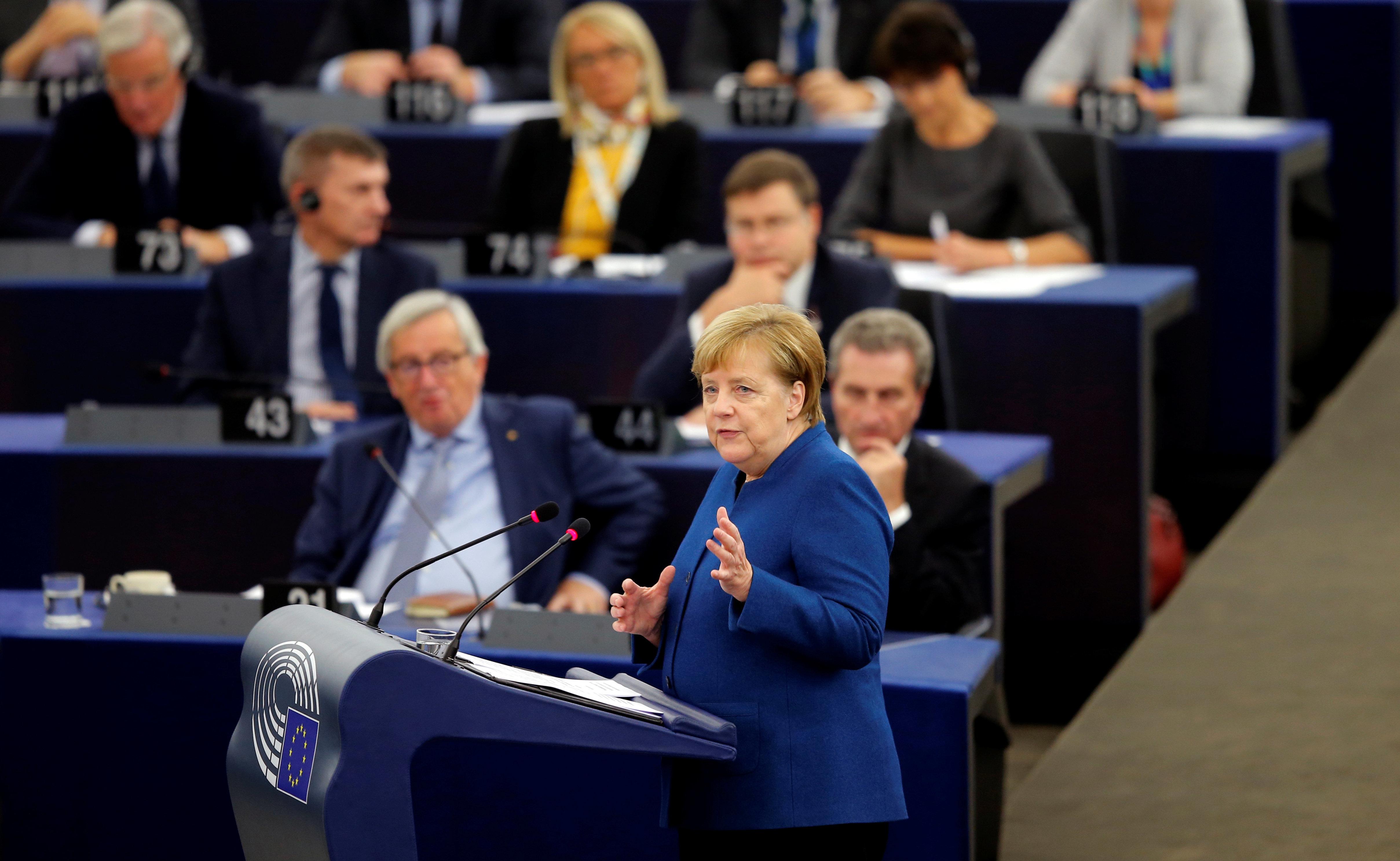 Merkel wird im EU-Parlament von Rechten ausgebuht –so kontert die
