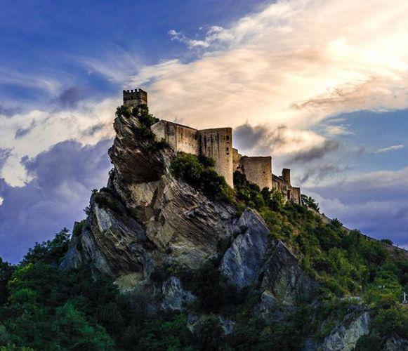 단돈 100유로로 이탈리아에 있는 이 성 전체를 대여할 수