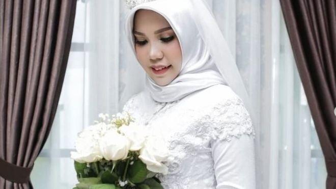 Εχασε τον αρραβωνιαστικό της στην πτήση της Lion Air, πόζαρε μόνη στις γαμήλιες φωτογραφίες