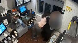 Μαινόμενη πελάτισσα έσπασε στο ξύλο υπάλληλο των McDonald's για λίγη