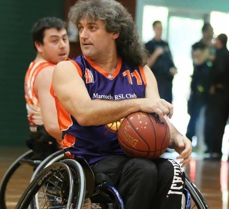 Αθλητής σε αναπηρικό αμαξίδιο καταγγέλλει πως τον ανάγκασαν να ουρήσει σε μπουκάλι κατά τη διάρκεια