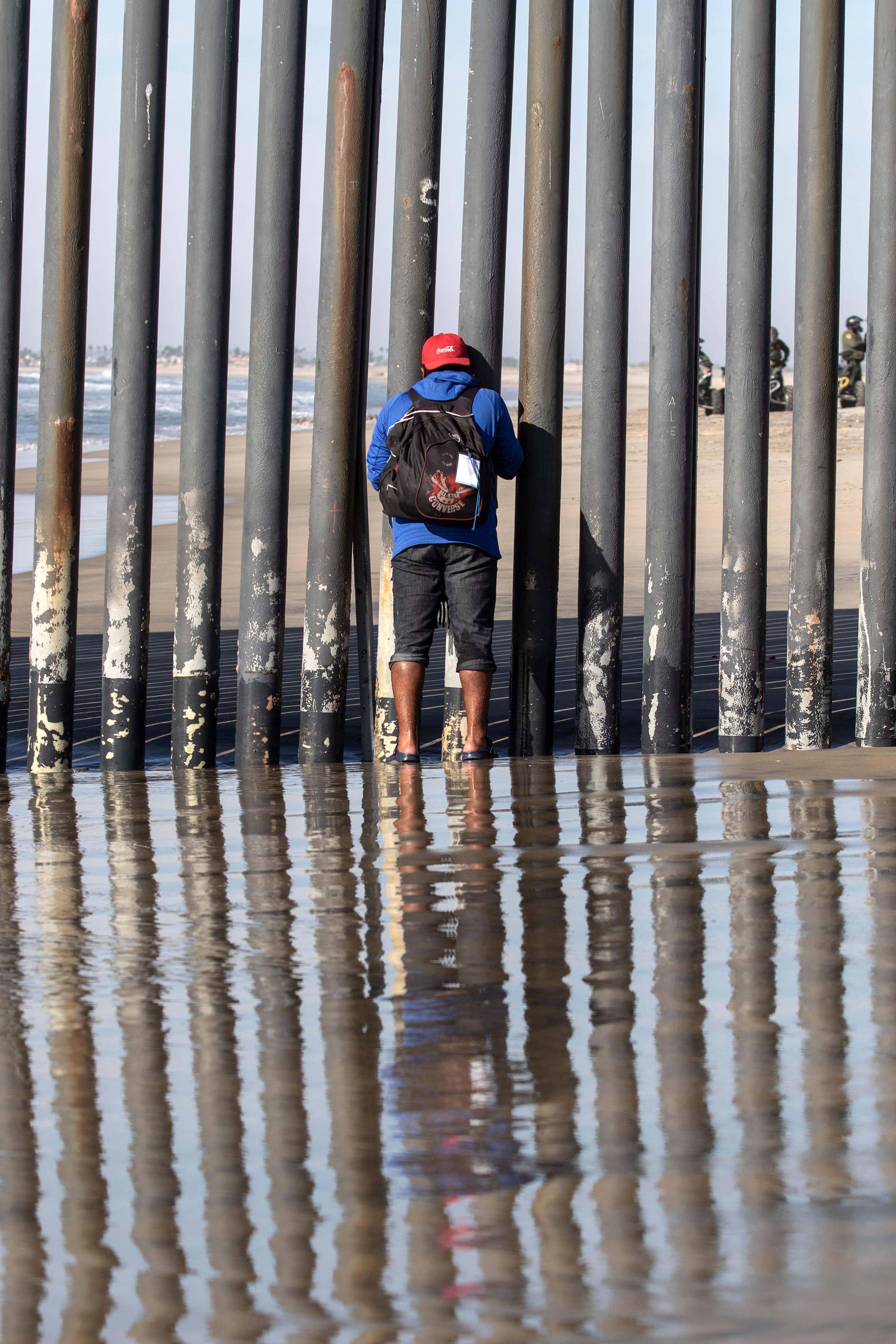 Caravane de migrants : premières arrivées à la frontière avec les