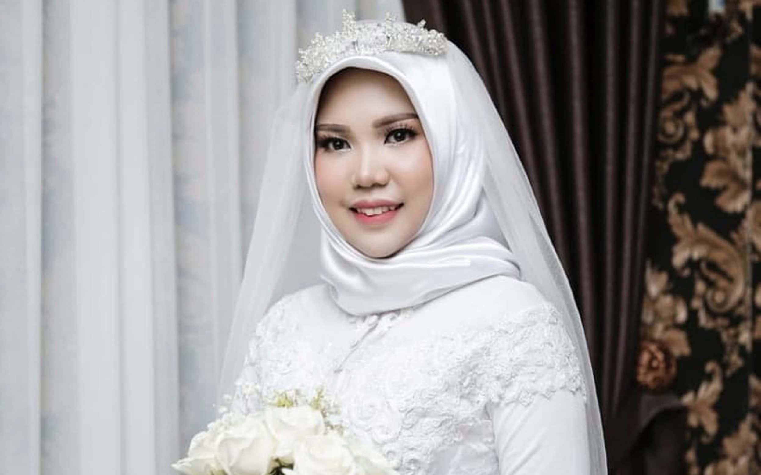 Indonesian Woman Wears Wedding Dress Alone After Fiance Dies In Lion Air
