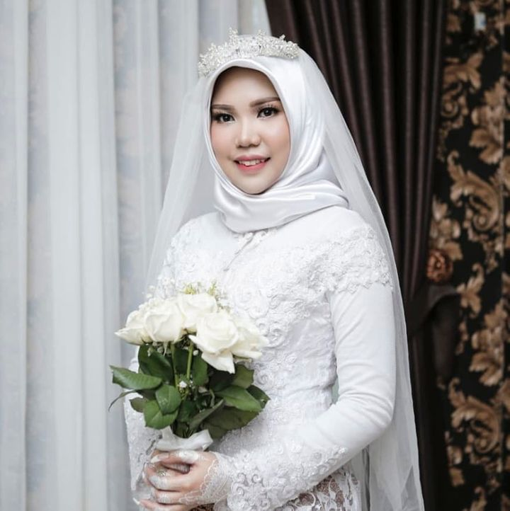 In this photo taken on Sunday, Nov. 11, 2018, and released by Intan Syari, Indonesian Intan Syari poses in her wedding dress