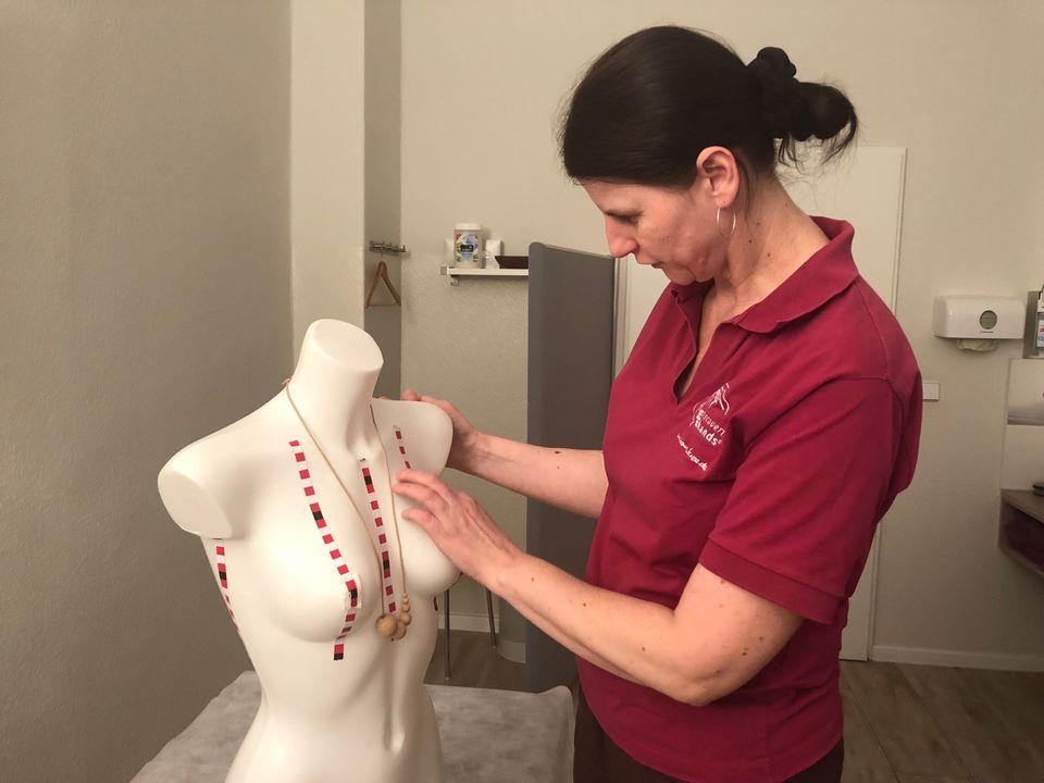 Ewa demonstriert an Modell Gertrude, wie sie die Brüste ihrer Patientinnen abtastet.