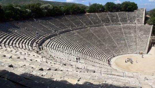 Το ελλειψοειδές σχήμα του αρχαίου θεάτρου του Θορικού. Μια πιθανή