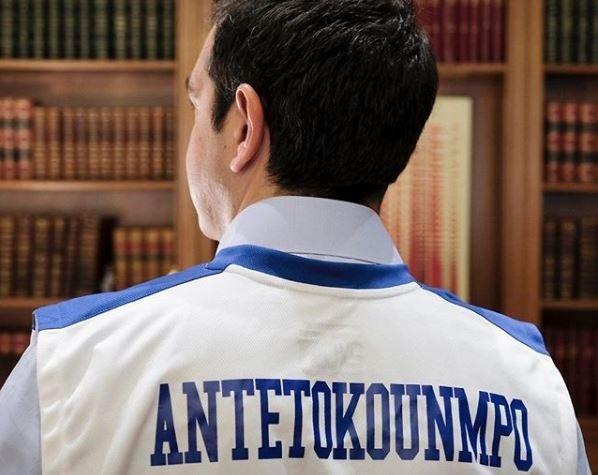 Με φανέλα Αντεκούνμπο ο Πρωθυπουργός: Στήριξη για τη ρατσιστική