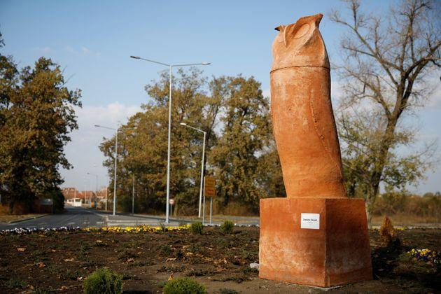 Σερβία: Αντιδράσεις εξαιτίας αγάλματος μπούφου με σχήμα που θυμίζει