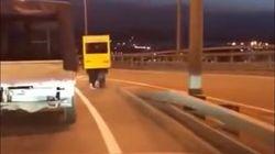 Absurde Idee: Darum überqueren vier Männer eine Brücke verkleidet als