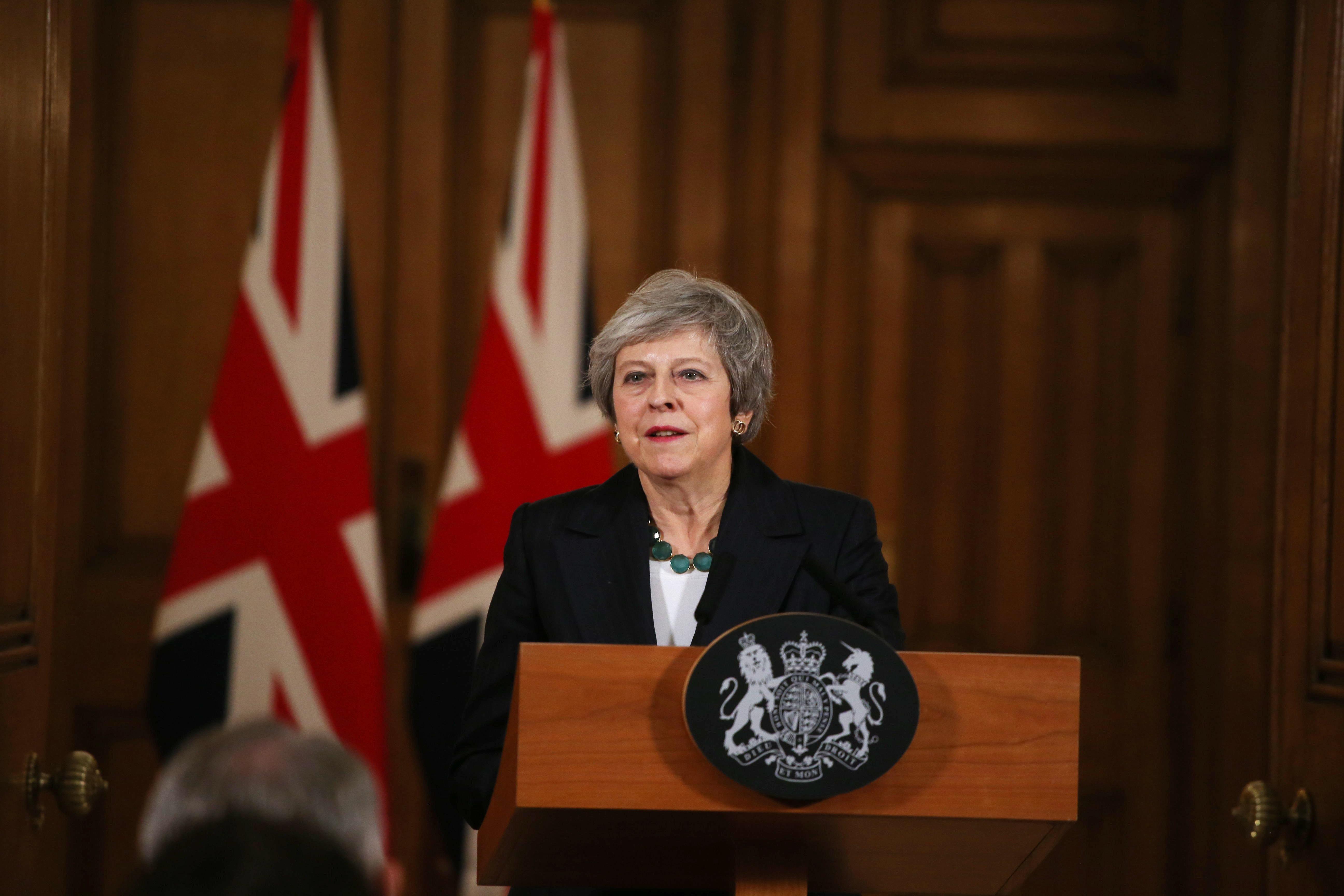 브렉시트 카오스 : 영국 메이 총리가 내각 줄사퇴와 불신임 위기에