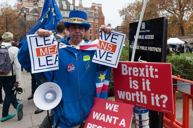 EU 잔류를 지지하는 한 시민이 의사당 바깥에서 시위를 벌이는 모습. 강경 브렉시트 진영의 캠페인 구호(Leave Means Leave)를 찢어버리고 있다. 2018년
