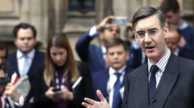 유럽회의론자 단체 '유러피안리서치그룹(ERG)'을 이끌고 있는 제이콥 리스-모그 보수당 의원이 총리 불신임 투표 요청서 제출 이후의사당 바깥에서 기자들에게 설명하고...