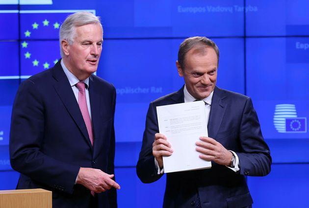 도날트 투스크 EU 상임의장(오른쪽)이 브렉시트 합의문 초안을 들어보이고 있다. 왼쪽은 미셸 바르니에 EU 브렉시트 협상대표. 2018년