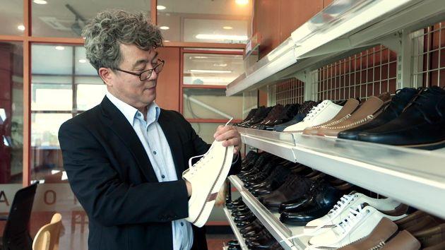 신발을 직접소개하는 유석영 아지오 대표. 성남에 위치한 아지오에서는 발 사이즈 측정부터 맞춤 구두 제작까지 모든 과정을 진행하고