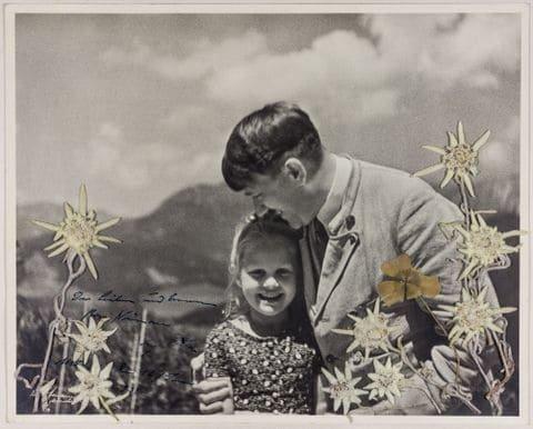 히틀러가 유대인을 안고 있는 사진이 경매에