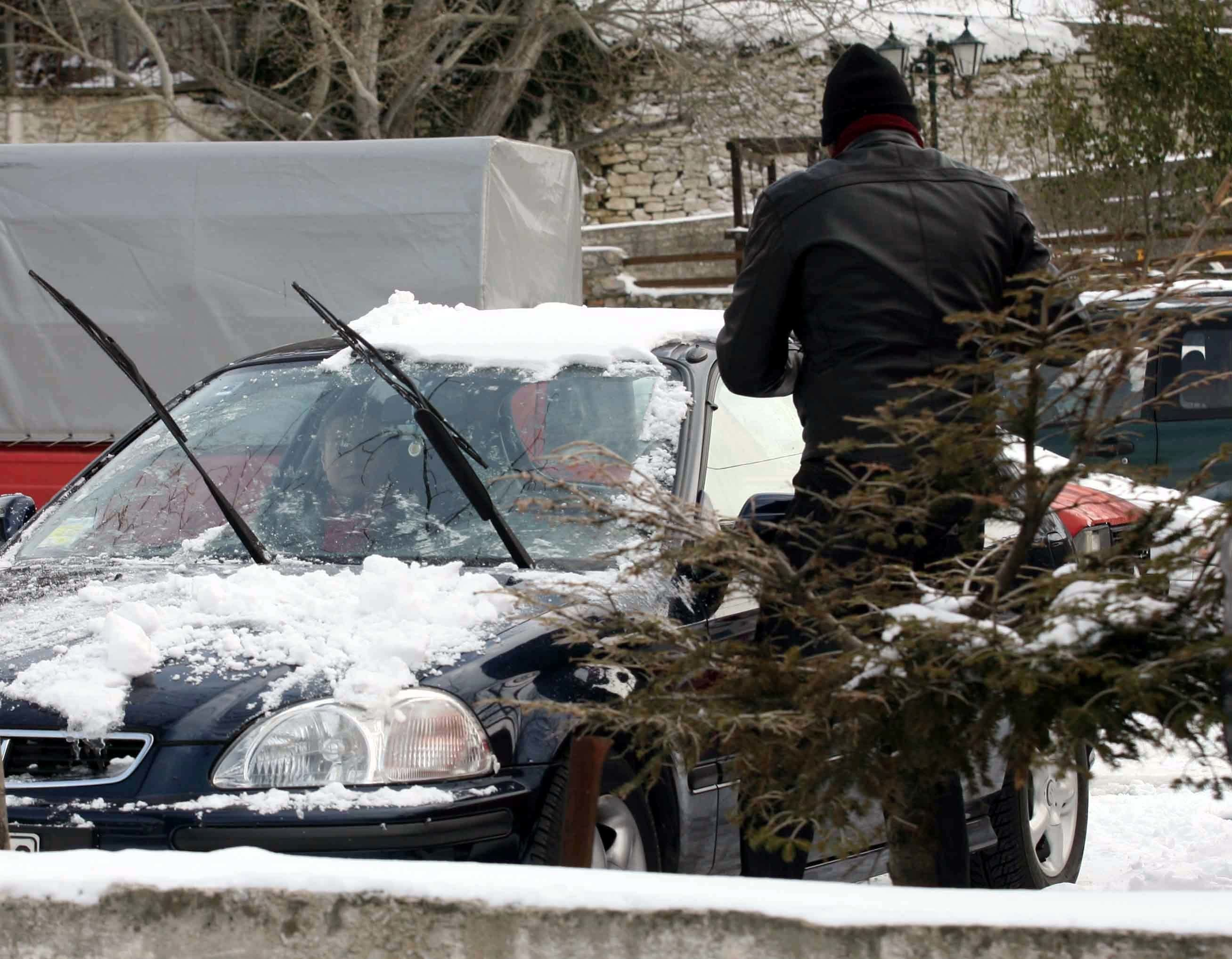 Χιόνια στο Πήλιο και αντιολισθητικές αλυσίδες στη