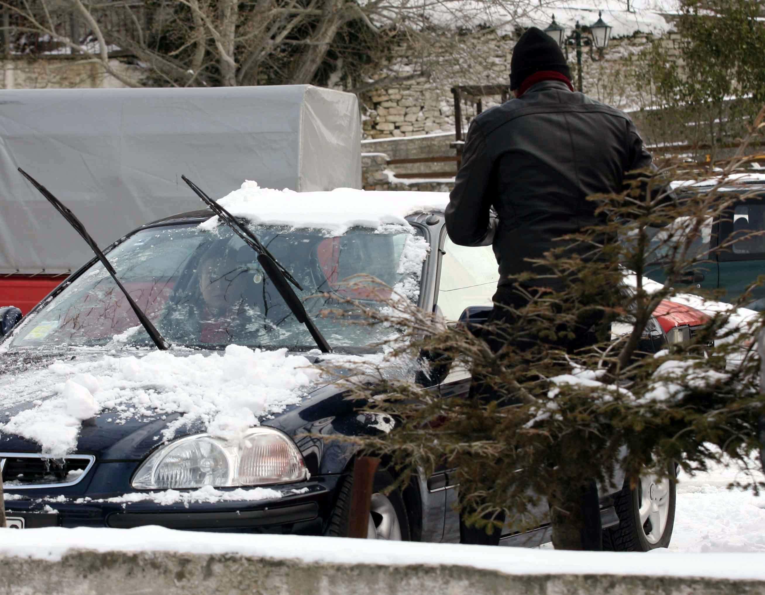 Χιόνια στο Πήλιο και αντιολισθητικές αλυσίδες στη Μακεδονία