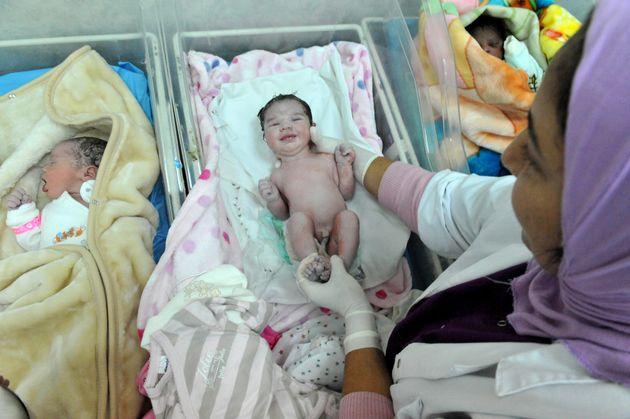 Une journée dans l'enfer d'une maternité de la périphérie de