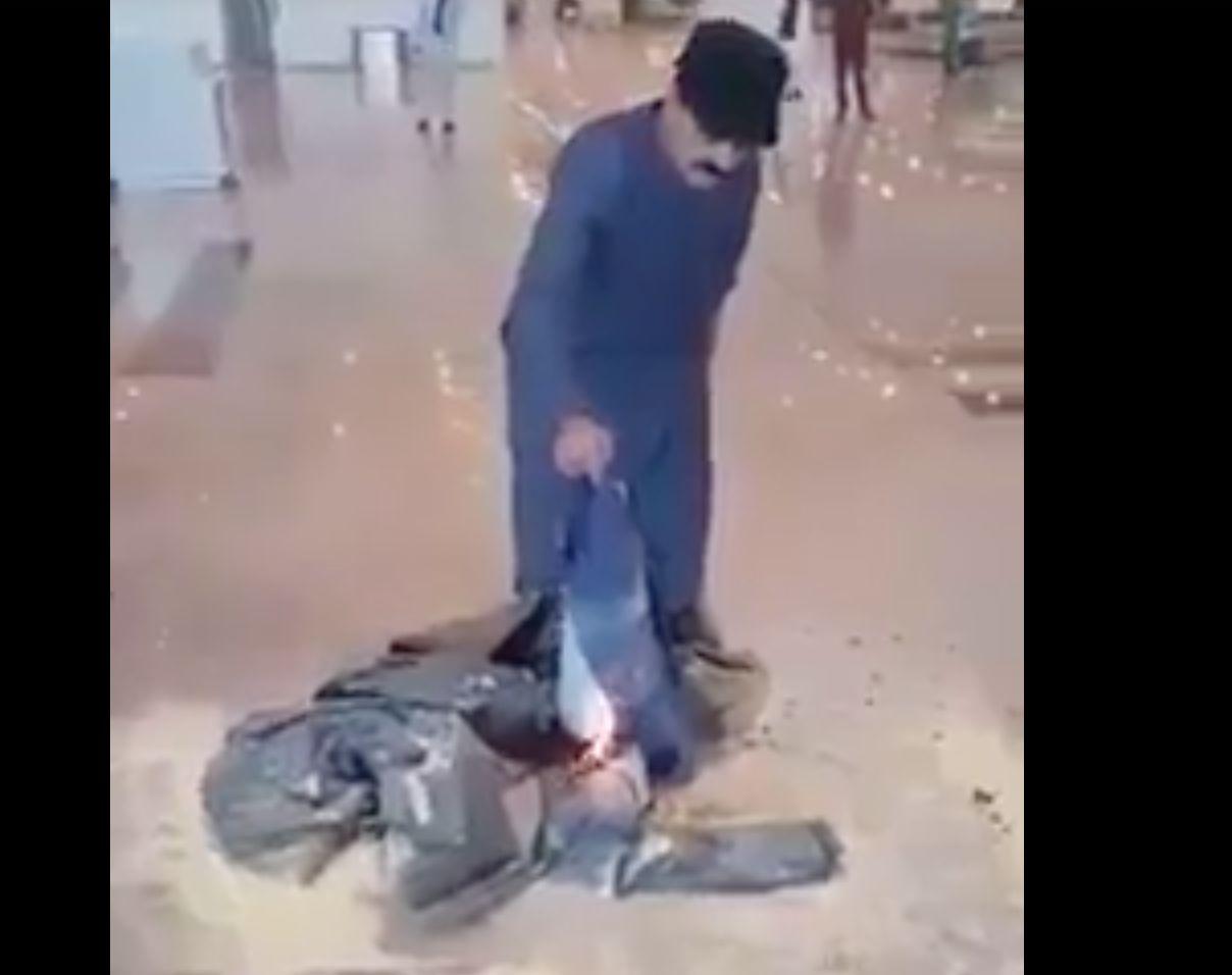 Flugzeug verspätet: Mann ist so wütend, dass er sein Gepäck in Brand