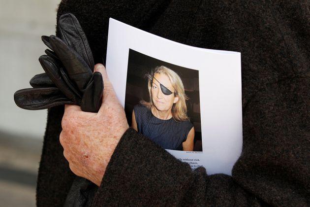 한 시민이 2012년 시리아에서 사망한 마리 콜빈을 기리는 자료를 들고