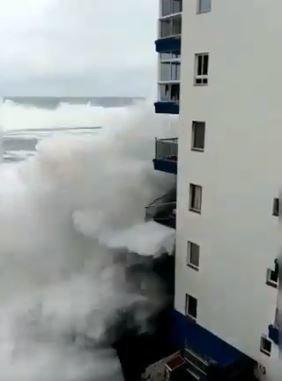 Τεράστια κύματα στην Τενερίφη ξηλώνουν τα μπαλκόνια κτηρίων