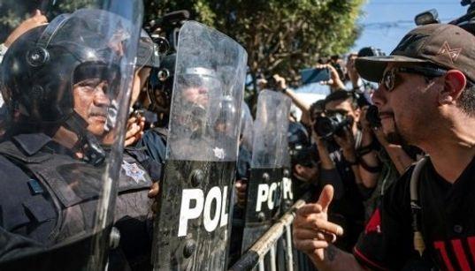 Διαμαρτυρία μίσους στην Τιχουάνα - Φώναζαν «δεν σας θέλουμε εδώ» σε καραβάνι