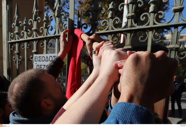 Θεσσαλονίκη: Φοιτητές προσπαθούν να μπουν στο ΥΜΑΘ όπου βρίσκεται ο
