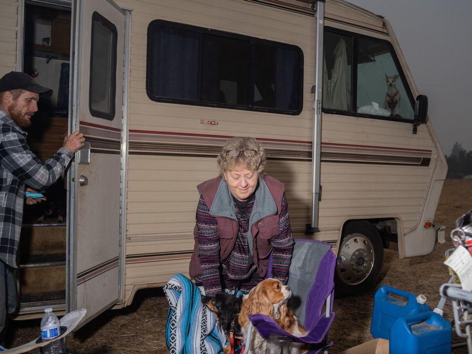 Eine Familie aus der vom Feuer zerstörten Stadt Magalla lebt nun in eine Wohnwagen auf einem Supermarkt-Parkplatz.