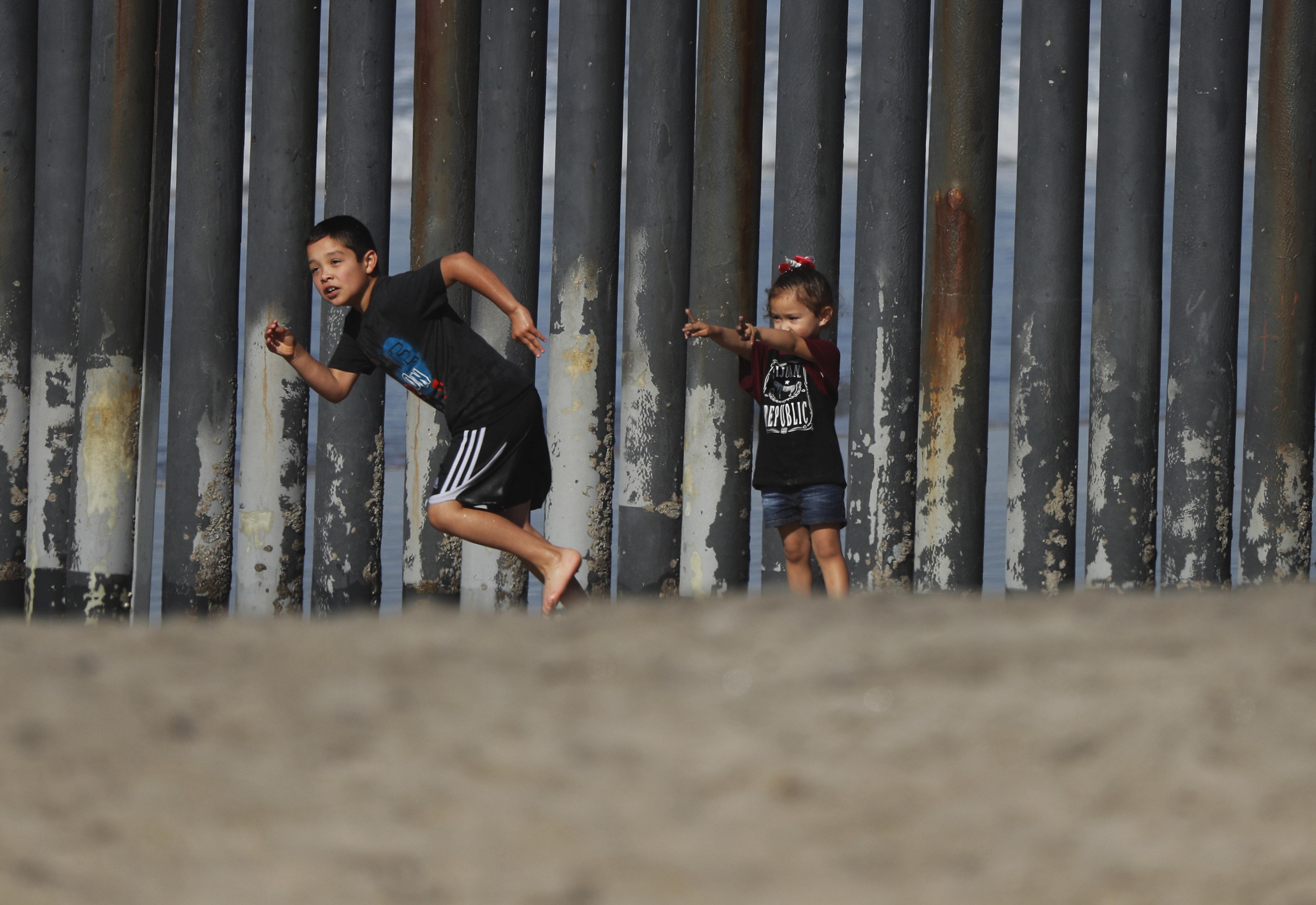 Τρεις εβδομάδες στα αμερικανικά σύνορα. Ένας πολεμικός ανταποκριτής καταγράφει το τραύμα των μεταναστών και όσων προσπαθούν ν...