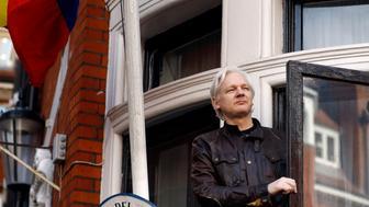 En esta foto de archivo del 19 de mayo de 2017, el fundador de WikiLeaks, Julian Assange, saluda a los partidarios desde un balcón de la Embajada de Ecuador en Londres. La canciller de Ecuador dijo el lunes 4 de junio de 2018 que no hay una fecha establecida para que Assange vuelva a tener acceso a Internet en la embajada donde ha estado asilado desde 2012. (AP Foto/ Frank Augstein, Archivo)