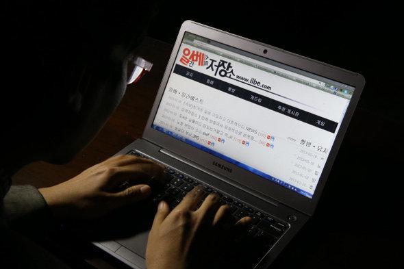 경찰이 일베 '여친 인증' 게시물 수사에 나섰고, 일베에는 '처벌 피하는 법'이 공유되고