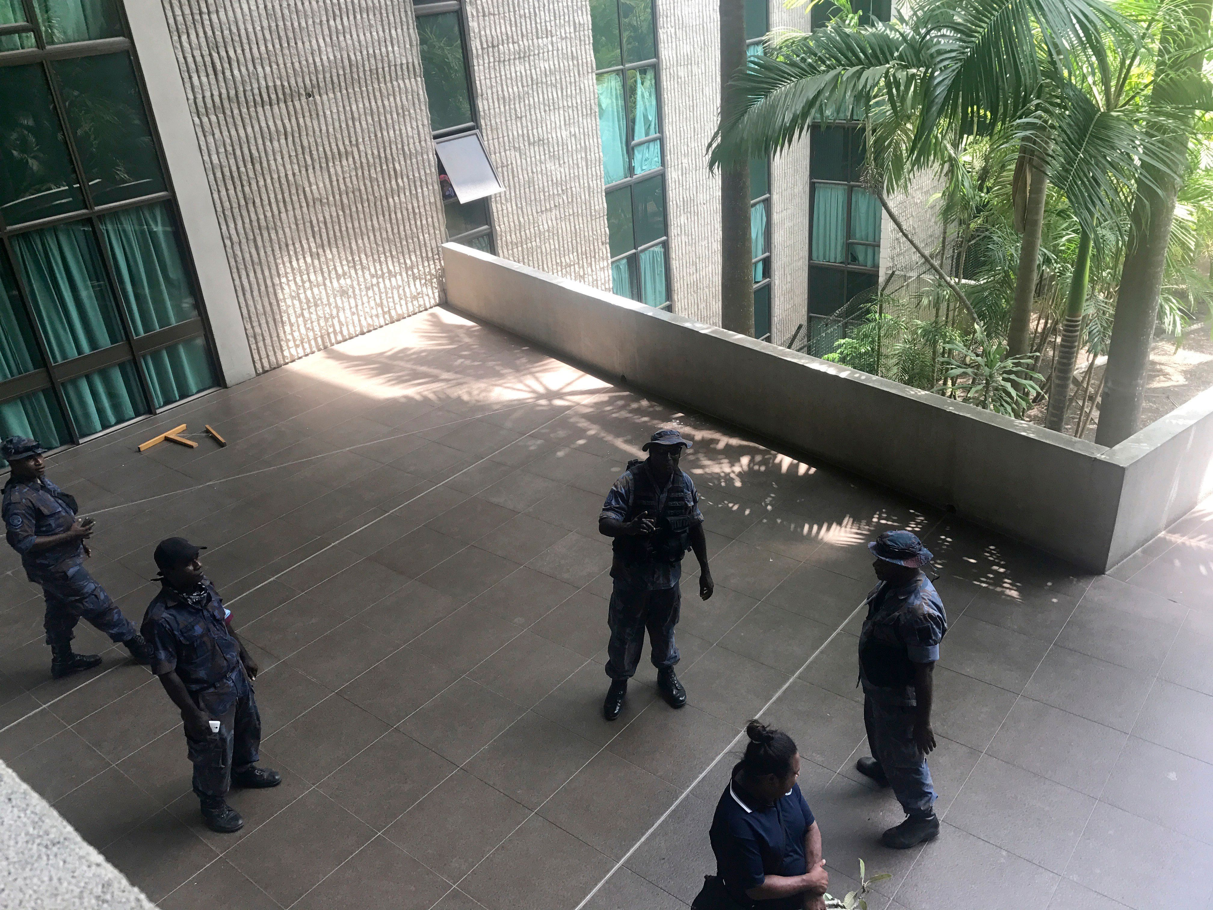 Στρατός και αστυνομία εισβάλλουν στη Βουλή της Παπούα Νέας Γουινέας