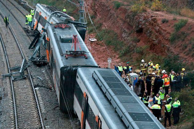 Un train déraille près de Barcelone: un mort et 49