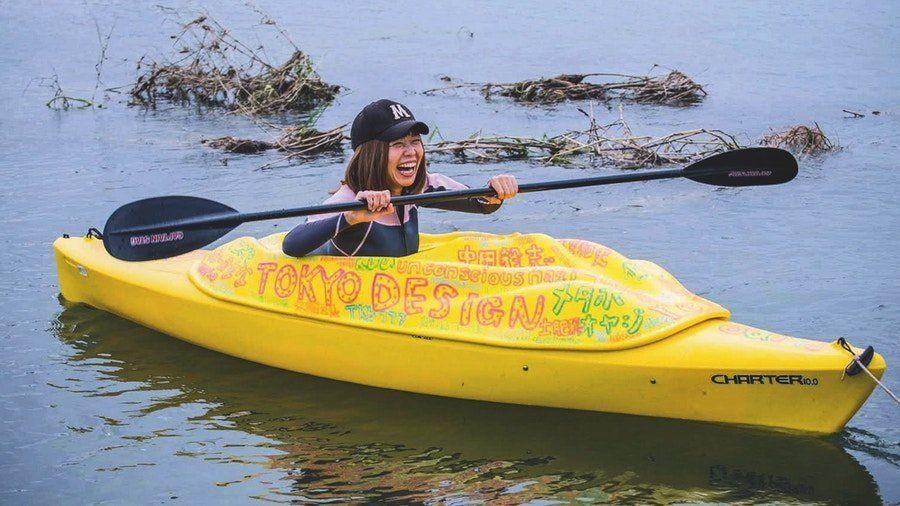 Rokudenashiko paddelte in einem Vulva-Boot durch