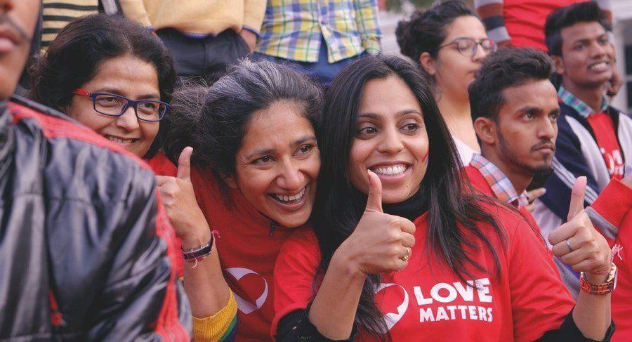 Vithika Yadav (rechts im Bild) betreibt in Indien eine Website rund um Liebe, Sex und
