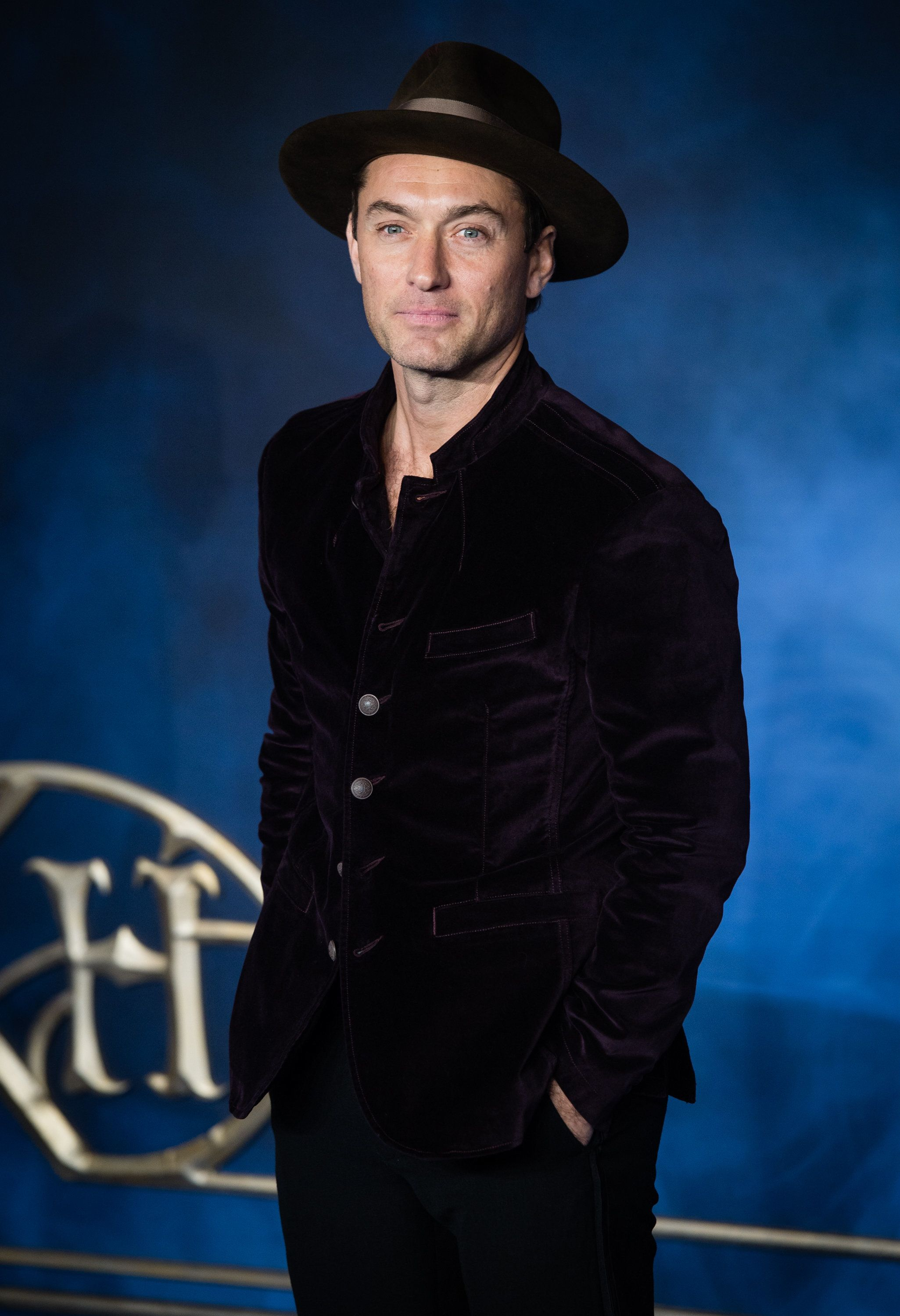 LONDON, ENGLAND - NOVEMBER 13:  Jude Law attends the UK Premiere of 'Fantastic Beasts: The Crimes Of Grindelwald' at Cineworld Leicester Square on November 13, 2018 in London, England.  (Photo by Samir Hussein/WireImage)
